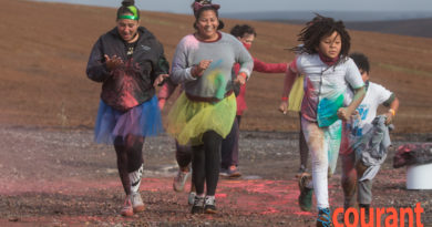 Deelnemers geniet Carnegie House se 'Colour Run'